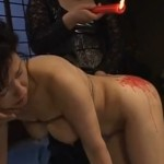 巨乳人妻熟女の体にロウソクを垂らすSM